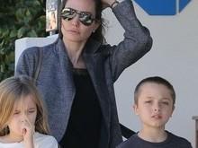 Após separação, Angelina Jolie passeia  com os filhos gêmeos