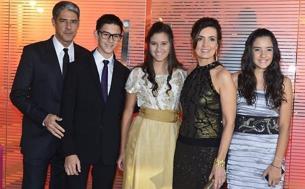 Vinicius entre os pais e irmãs gêmeas