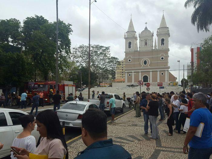 Funcionários evacuaram os prédios no Centro de Teresina (Crédito: Reprodução/Whatsapp)