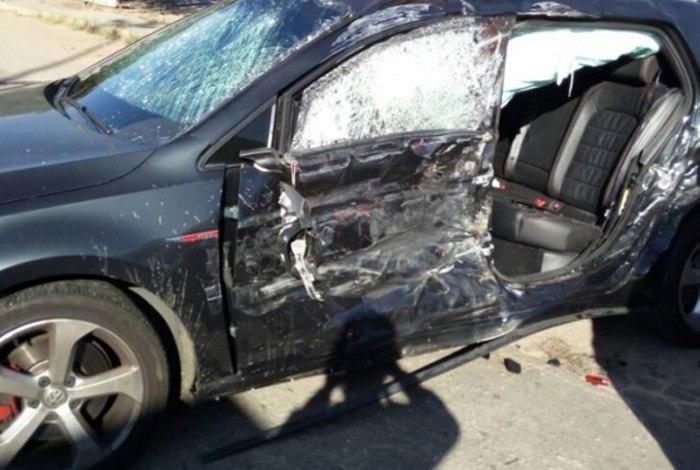 Carro em que Vinícius e o amigo estavam ficou destruído