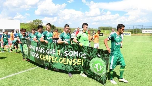 Jogadores do sub-20 da Chapecoense antes do jogo com o Nova Iguaçu (Crédito: Gazeta Press)