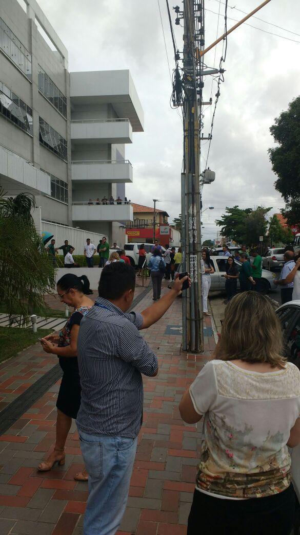 Funcionários evacuaram os prédios por toda Teresina (Crédito: Reprodução/WhatsApp)