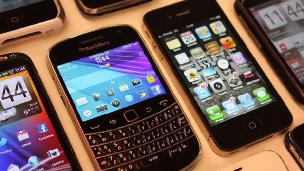 Quando o WhatsApp surgiu, em 2009, 70% dos celulares vendidos eram Blackberry ou Nokia. Mas esse quadro mudou com o passar dos anos (Crédito: Reprodução)