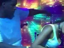 Anitta sensualiza com bailarino no palco e faz sucesso na web