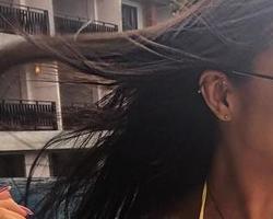 Ex-BBB Amanda exibe tattoo entre os seios feita na Tailândia