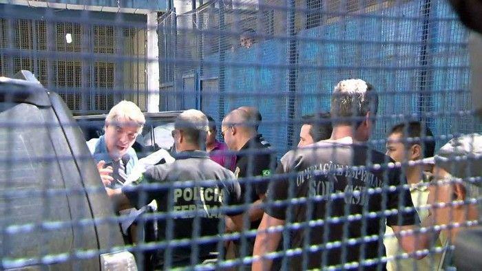 Empresário Eike Batista desembar de carro da PF no presídio Ary Franco