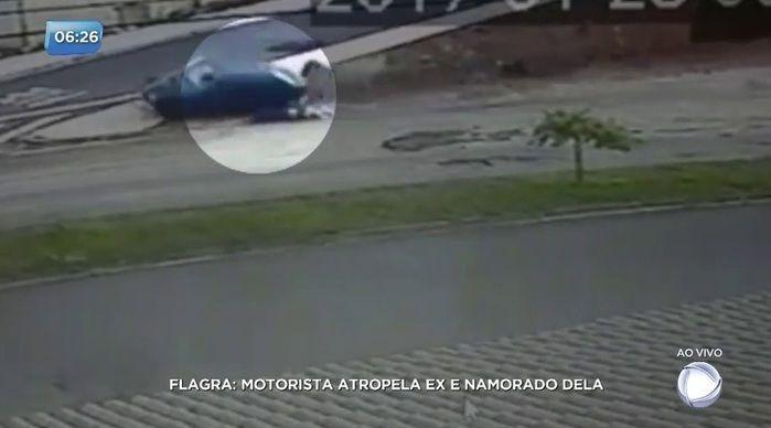 O homem avançou com o carro por cima da moto do casal (Crédito: Reprodução)