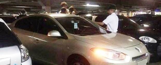 Conselho Tutelar procura pai que deixou criança trancada em carro