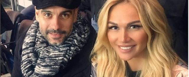 Guardiola causa alvoroço ao posar com embaixadora da Copa