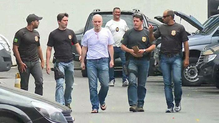 Eike Batista na Polícia Federal para depor