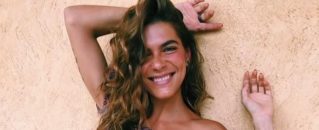 Mariana Goldfarb posa com barriga de fora e arranca elogios
