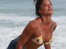 Aline Riscado joga altinho e exibe corpão em praia carioca