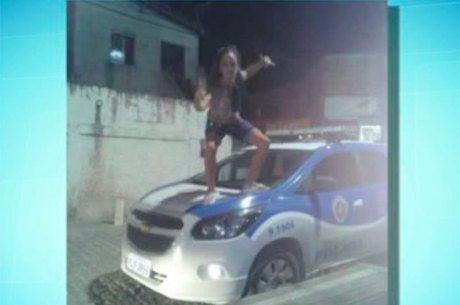 Jovem é presa após postar foto em viatura policial  (Crédito: Reprodução)