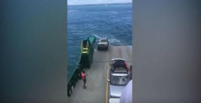 Momento em que o carro cai na água (Crédito: Reprodução)