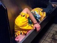 Jovem é encontrado dormindo em mictório de bar