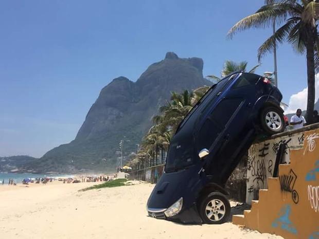 Carro do filho de Marcelo Novaes cai nas areias da praia de São Conrado