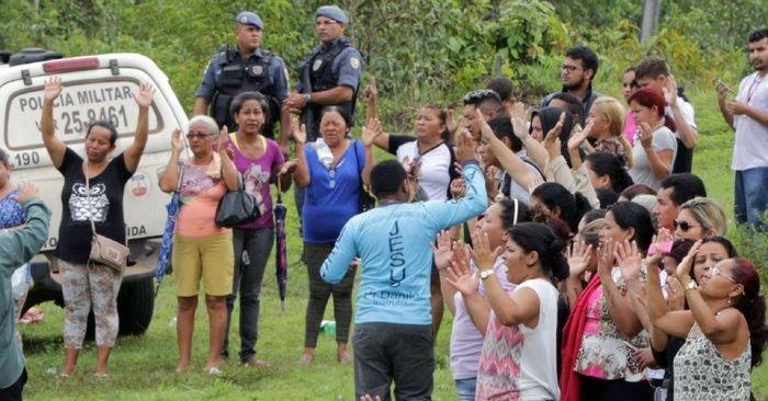 Parentes de detentos protestam em frente a presídio em Manaus (Crédito: Reprodução)