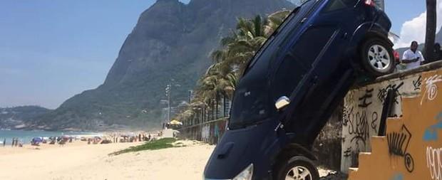 Filho de Letícia Spiller derruba carro em areia de praia carioca
