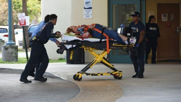 Vítima chega sangrando ao hospital (Crédito: BBC)