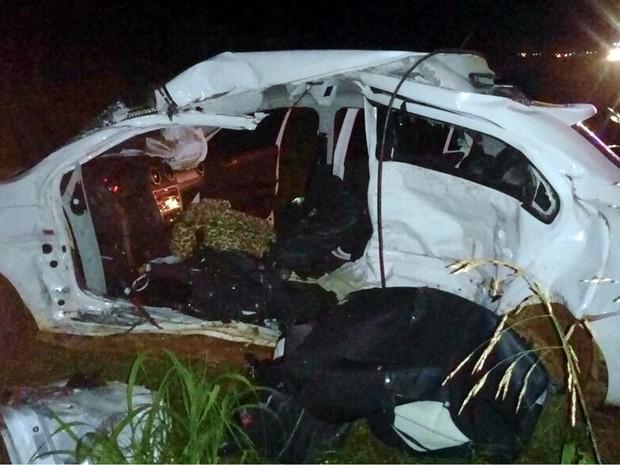 Carro ficou destruído com a colisão (Crédito: Reprodução)