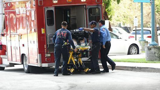 Bombeiros resgatam uma das vítimas dos tiros (Crédito: NBC)