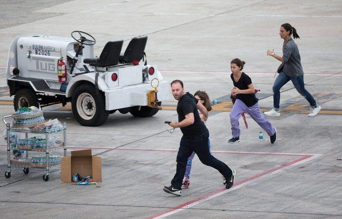 Pessoas correm na pista do Aeroporto Internacional de Fort Lauderdale-Hollywood, na Flórida, nos EUA, após um atirador abrir fogo dentro do terminal 2. Cinco pessoas morreram e oito ficaram feridas