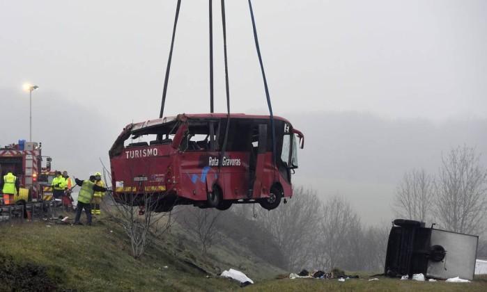Veículo é retirado por equipes dos Bombeiros (Crédito: HILIPPE DESMAZES / AFP)