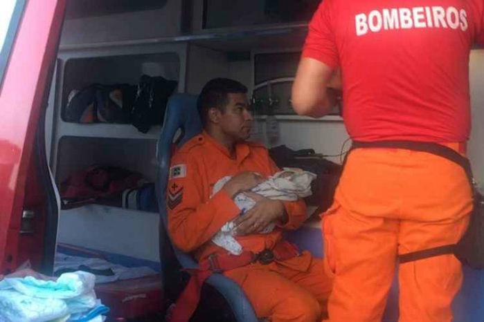 Bombeiro responsável pelo resgate do bebê abandonado resolve adotá-lo