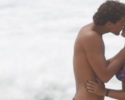 Aline Riscado e Felipe Roque trocam beijos em dia de praia no Rio