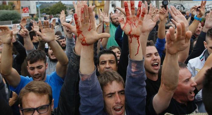 Separatistas bloqueiam rua em Sant Julia de Ramis, perto de Girona, diante de bloqueio forçado de centro de votação pela Guarda Civil Catalã  (Crédito: Francisco Seco/AP Photo)