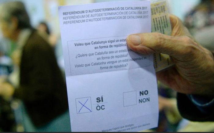 Enquanto em alguns lugares o referendo começou tenso, em outros a votação transcorre normalmente. Na foto, homem se prepara para depositar sua cédula de votação em posto de votação de Barcelona (Crédito: Josep Lago/AFP Photo)