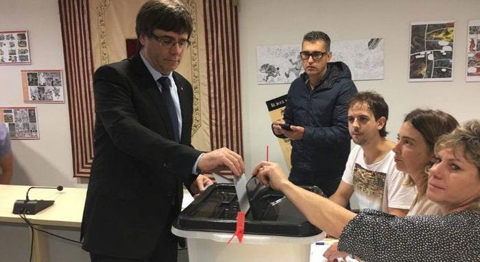 Depois do fechamento do centro onde votaria em Sant Julia de Ramis, presidente regional da Catalunha, Carles Puigdemont, vota na cidade de Cornella de Terri, na província de Girona, na manhã deste domingo (Crédito: Governo Catalão/via Reuters)