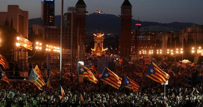 Manifestantes pró-independência da Catalunha exibem a bandeira estrelada, símbolo do separatismo catalão, durante ato em Barcelona pelo referendo de domingo (Crédito: Susana Vera/Reuters)