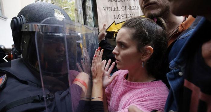 Separatista reage à ação da Guarda Civil Espanhola em frente de local de votação na manhã deste domingo (Crédito: Pau Barrena/AFP Photo)