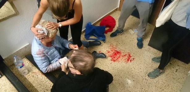 Mulher recebe atendimetno após ser ferida na cabeça