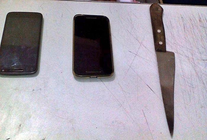 Celulares e faca utilizada no assalto.  (Crédito: Kairo Amaral)