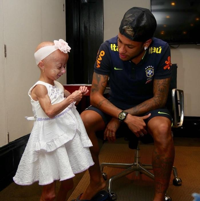 Neymar realiza sonho de torcedora mirim portadora de doença rara