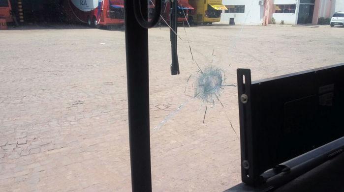 Motorista foi atingido por estilhaços  (Crédito: Reprodução)