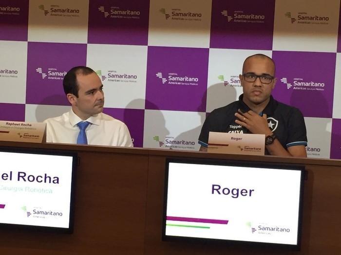 Roger deu entrevista coletiva ao lado do médico Raphael Rocha (Crédito: Globoesporte.com)