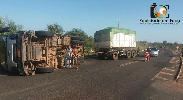 Motorista perde controle e tomba carreta em José de Freitas