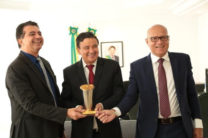 Governador ao lado do  secretário da Administração, Franzé Silva, e o diretor-presidente da ATI 1/8