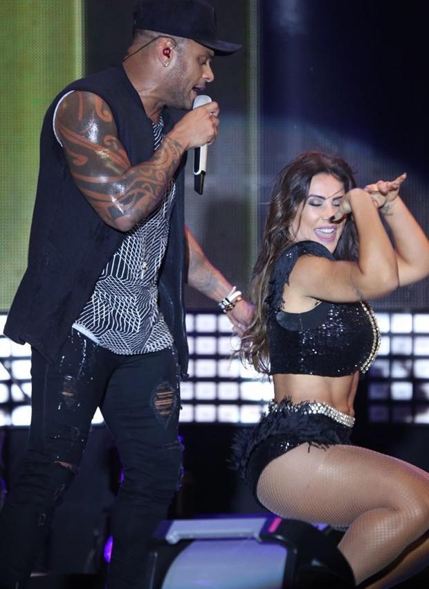 Scheila Carvalho no show da banda Parangolé (Crédito:  Saulo Brandão/Assessoria Armazém da Alegria)