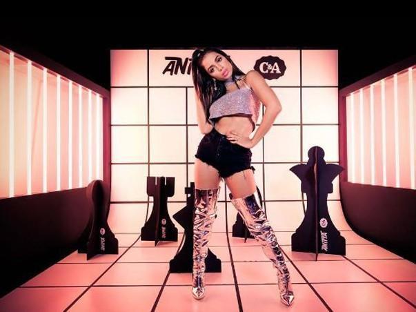 Anitta ataca de DJ em festa para lançar novo single em inglês