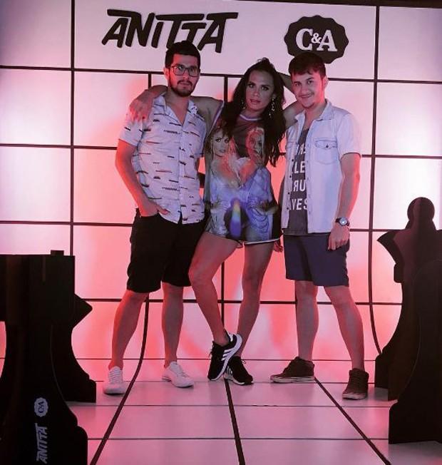 ilvero Pereira posando entre amigos na festa da Anitta (Crédito: Reprodução/Instagram)