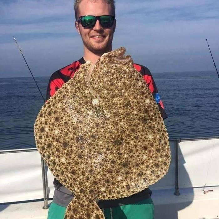Sam Quilliam ainda posou com o peixe (Crédito: Reprodução)