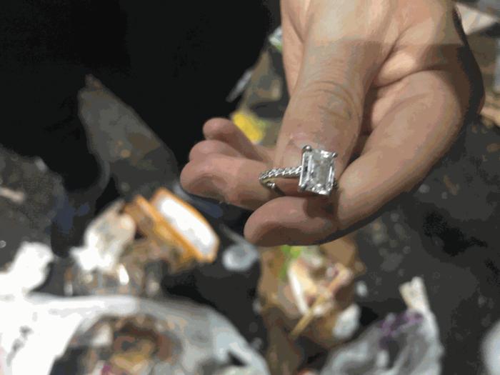 Mulher recupera anel de noivado jogado no lixo acidentalmente