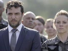 Jeiza se emociona em funeral de amigo