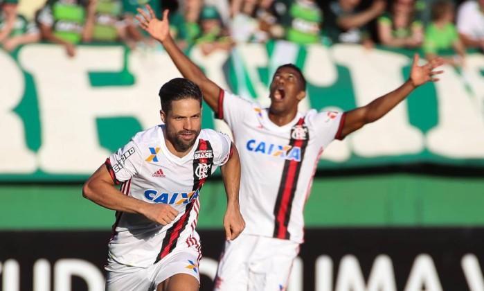 Jogadores comemoram após gol (Crédito: Gilvan de Souza)