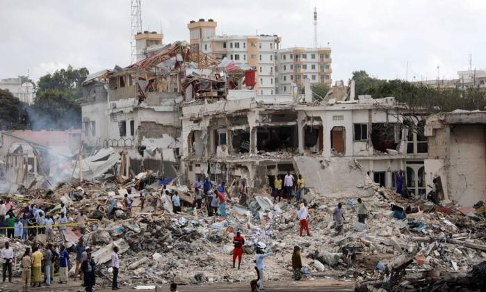 Explosões destruíram vários prédios da cidade de Mogadíscio (Crédito: FEISAL OMAR / REUTERS)