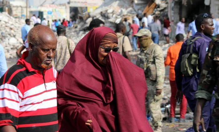 Uma mulher chora em meio aos escombros gerados pelas explosões (Crédito: FEISAL OMAR / REUTERS)